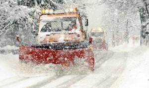 Schneepflug vor der Hofeinfahrt