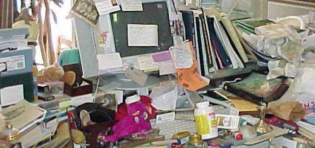 unordnung auf dem Schreibtisch